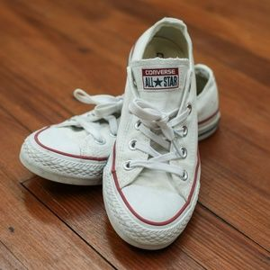 White low top converse in women